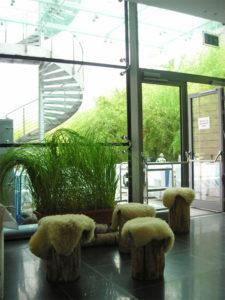Baumstamm Hocker mit Lammfell für rustikales Event oder Hütten Gaudi