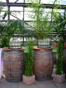 Stehtisch Weinfass als Deko für Karibik Empfang mit Palme & Bambus