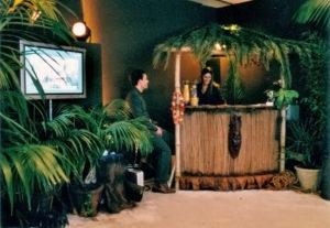 Lounge Bar Deko mit Palmen wedeln und Pflanzen und Bambus Verkleidung
