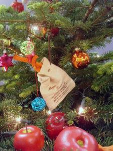 Weihnachtsbaum mit Schmuck in modernen Farben mit Deko amerikanisch