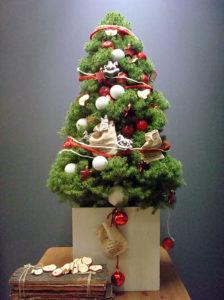 Sie können bei uns kleine fertig dekorierte Weihnachtsbäume mieten.