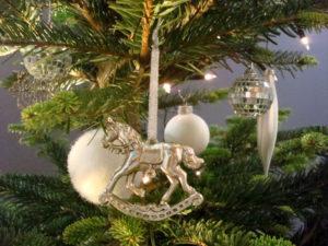 Silber-weißer eleganter Christbaumschmuck im Weihnachtsbaum