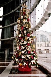 Weihnachtsbaum mieten ermöglicht Ihnen das Stellen in einem Foyer.