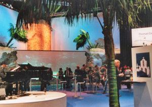 Beach Party karibisch auf Messe Stand in Frankfurt durch große Palmen