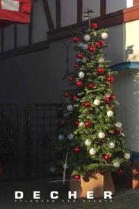 Sie könnten einfach einen solchen dekorierten Weihnachtsbaum mieten.
