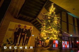 Für ein Foyer lässt sich ein großer Weihnachtsbaum mieten.