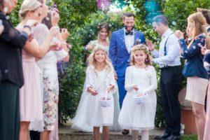Empfang des Brautpaars mit Brautjungfern vor romantischem Jasminbogen