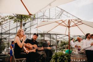 Das Duo Zwischenzeit bietet Musikbegleitung für die Hochzeit draußen