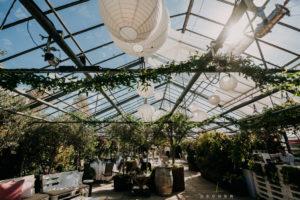 Gewächshaus in Karben für Hochzeit mit Girlanden zur Dekoration