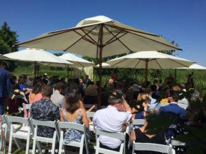 Freie Trauung mit weißen Stühlen im Vintage Style für Hochzeit draußen