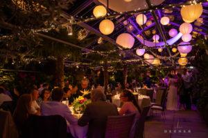 Hochzeitsessen mit Lichterketten im Gewächshaus Decher bei Frankfurt